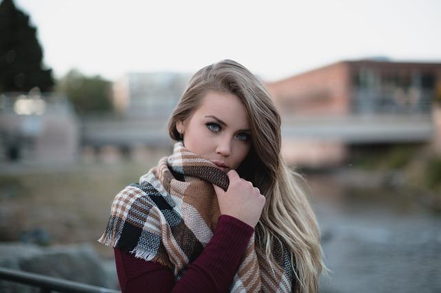 blondýna s šálou