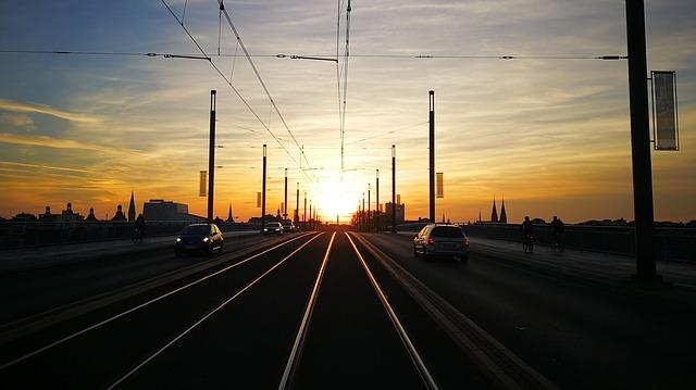 silnice při západu slunce