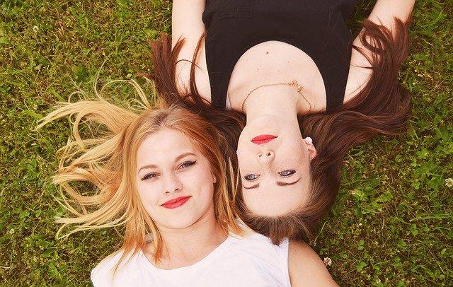 dvě dívky na trávníku